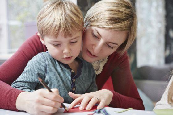 Una madre y un hijo dibujan juntos.