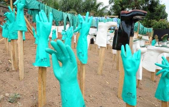 Guantes y botas utilizados por el personal médico se secan al sol en un centro de víctimas de Ébola en Guekedou.