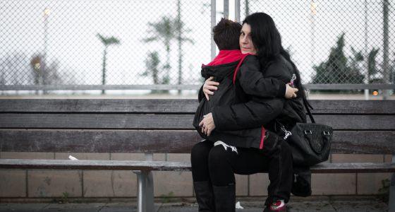A.M. abraza a su hijo, al que le retiraron la tutela a los tres días de nacer. Tardó cuatro años en recuperarlo. / ALBERT GARCÍA