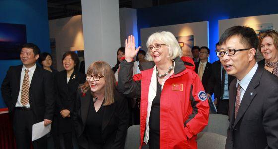 La ex primera ministra islandesa Jóhanna Sigurdardóttir (de rojo) y su esposa, Jónína Leósdóttir, en su visita ofical a China en 2013.