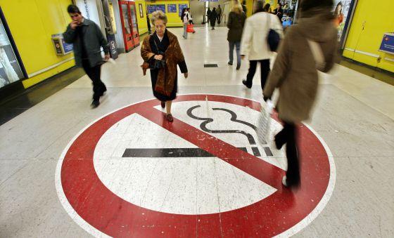 Cartel que ilustra la prohibición de fumar en el Metro de Madrid.