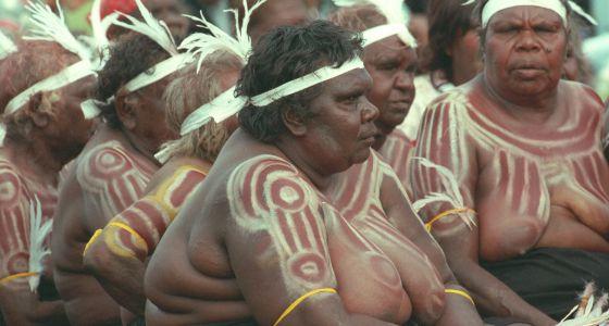Mujeres de un grupo de danza aborígen en Australia.