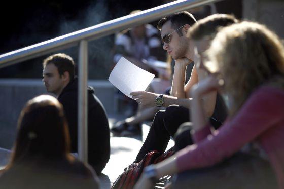 Unos alumnos repasan antes de un examen de Selectividad en Madrid.