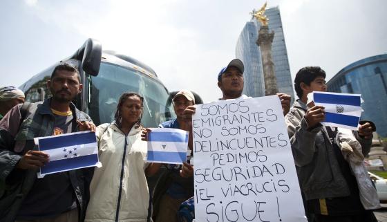 Emigrantes centroamericanos se manifiestan en el Distrito federal (México) este martes, 23 de abril.