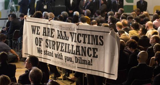 Una pancarta en la NETMundial a favor de la legislación de Rousseff.