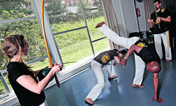 Clase de capoeira con el maestro Pantera en el colegio mayor madrileño Casa do Brasil.