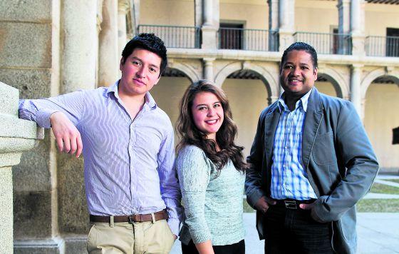 De izquierda a derecha, Juan Manuel Cortés, mexicano; Paula Andrea Piraban, colombiana, y Francisco Javier Reynoso, dominicano, en la Universidad de Alcalá.