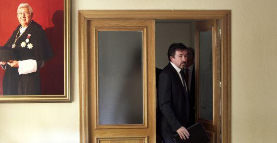 El rector de la Complutense, José Carrillo, antes de la lectura del comunicado.