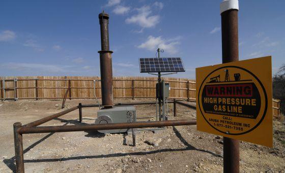 Quemador instalado por Aruba Petroleum para reducir la emisión de gases a la atmósfera en un pozo cerca de Decatur (Texas, EE UU). / CORBIS