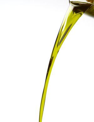 Chorro de aceite de oliva cayendo hacia abajo.