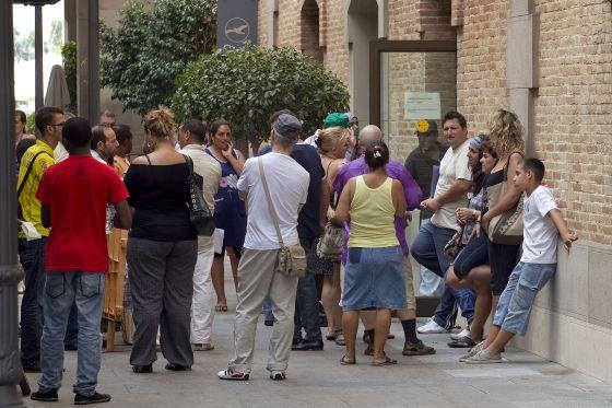 Cola de solicitantes de la renta de inserción en Cataluña.