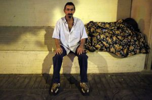 Fernando sentado en la antigua jardinera del Edificio Princesa, rellenada con hormigón.
