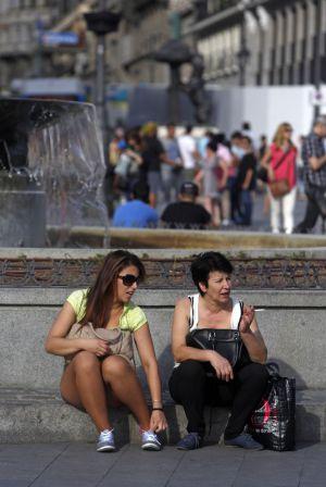 El banco de la fuente de la Puerta del Sol está inhabilitado con una forja obligando a que la gente acuclille en el escalón.