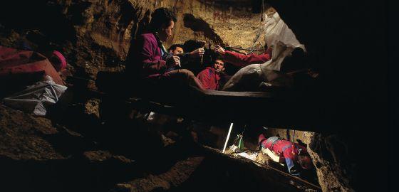 Un grupo de científicos trabaja en la Sima de los Huesos, en Atapuerca (Burgos).