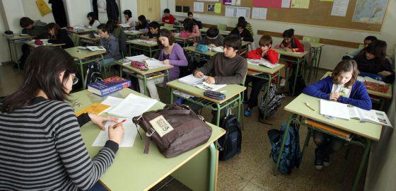 Una profesora con alumnos de primero de la ESO, en Barcelona en 2010.