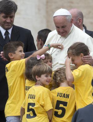 El papa Francisco con un grupo de niños españoles en el Vaticano, el 25 de junio de 2014.