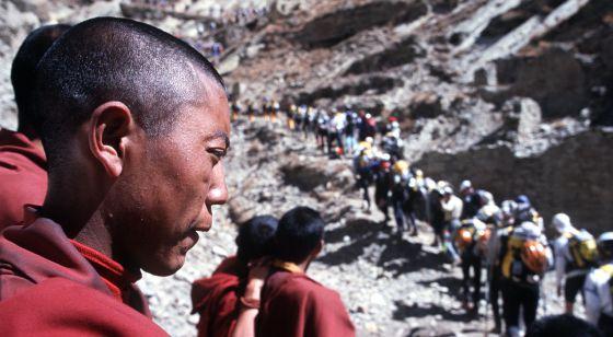 Monjes tibetanos observan una carrera de deportes de aventura.