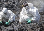 Retiradas 15 toneladas de petróleo en dos días en el vertido de Canarias
