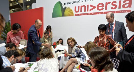La nueva secretaria general iberoamericana, Rebeca Grynspan, atiende a los periodistas en la reunión de Universia.