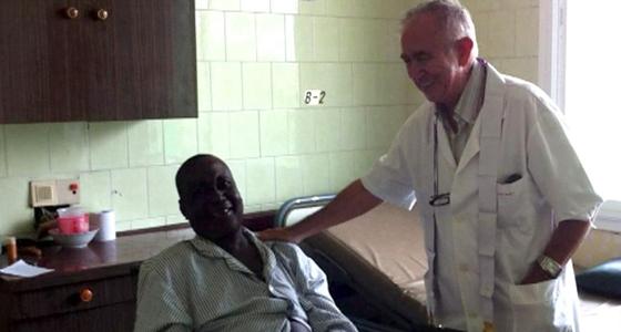 El religioso Miguel Pajares, atendiendo a un paciente en una imagen de archivo.