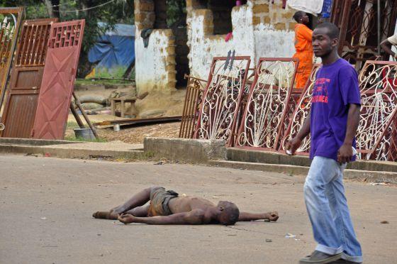 El cadáver de un hombre, supuestamente muerto por el ébola, en las calles de Monrovia, Liberia.