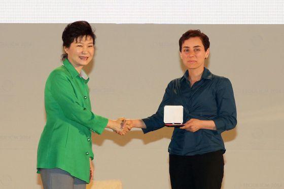 Maryam Mirzakhani recibe la medalla Fields de manos de la presidenta surcoreana, Park Geun-Hye, el 13 de agosto de 2014.