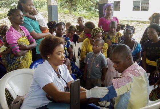 Una voluntaria participa durante un programa de cuidado médico gratuito para la comunidad en Ebughu, Akwa Ibom, Nigeria.