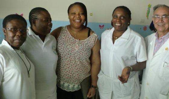 A la izquierda, la hermana Paciencia y la hermana Chantal con el padre Miguel, en una imagen de la Fundación Mujeres por África.