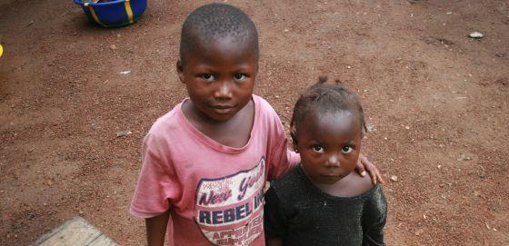 Amadu, de cuatro años (izquierda), y su hermana Hawaiu, de tres, viven con su abuela tras la muerte de sus padres por ébola.