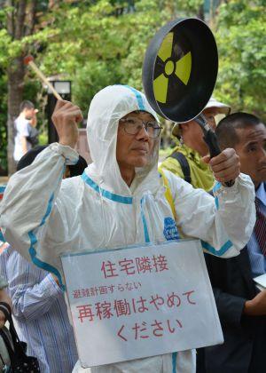 Un grupo de activistas protesta contra la reapertura en Tokio.