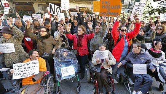 Concentración en Valencia contra los recortes a la ley de Dependencia.