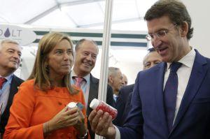 Ana Mato con el presidente de la Xunta, Alberto Núñez Feijóo, ayer en Santiago.
