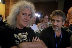 El fundador del Starmus, Garik Israelian (a la derecha), conversa con el exguitarrista de Queen y astrofísico, Brian May.