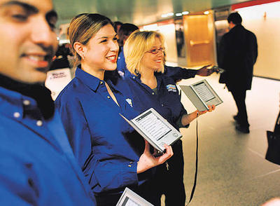El Sony Reader, en una demostración en la estación Grand Central de Nueva York.