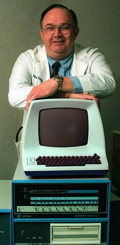 Foto de Henry Edward Roberts tomada en 1997 con un modelo de ordenador Altair 8800