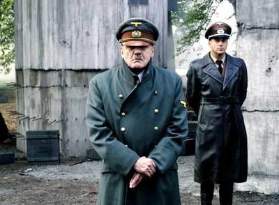 Fotograma del filme  El hundimiento . Bruno Ganz interpreta a Hitler, y Heino Ferch (segundo plano), a Albert Speer.