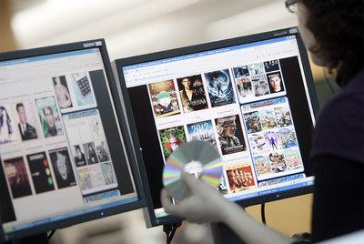 Una internauta consulta una página de descargas.
