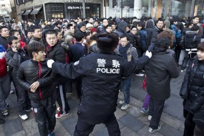 La policía intenta evitar un motín en una tienda de Apple en Beijing.
