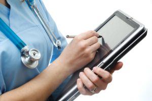 Los médicos van con iPad a la oficina.