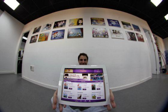 Un trabajador de Genera Interactive muestra la aplicación  Playtales en un iPad.