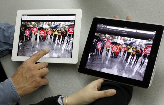 El nuevo iPad de Apple (en blanco) y la versión anterior.