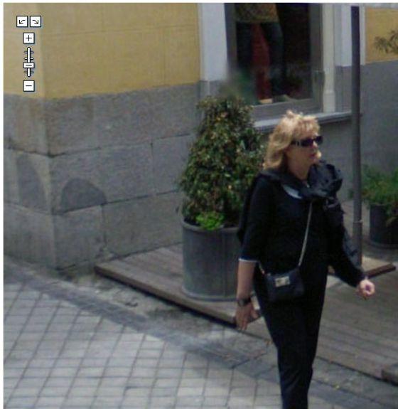 Mujer a cara descubierta 'cazada' por Street View en Madrid.