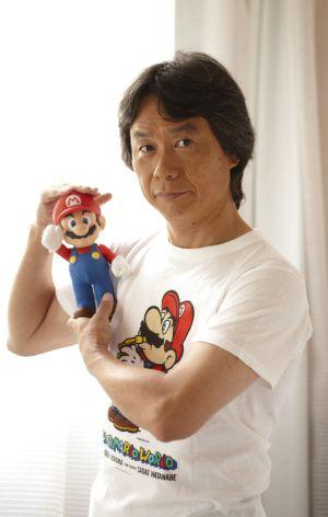 Miyamoto junto a su creación, Mario Bros.
