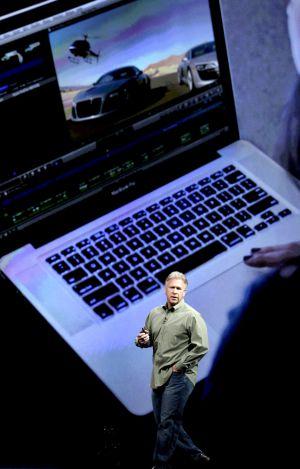 Phil Schiller, vicepresidente de Apple, presenta los nuevo ordenadores con pantalla de alta definición
