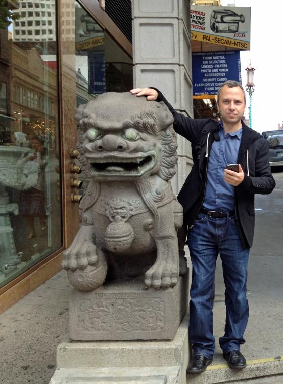 Micha Benoliel, en la entrada del barrio chino de San Francisco