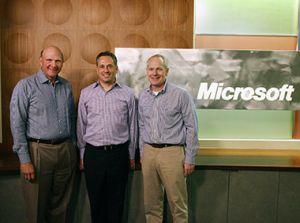 El máximo responsable de Microsoft, Steve Ballmer y el presidente de la división Office flanquean a David Sacks, creador de Yammer.