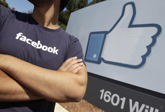 Un trabajador de Facebook en la sede de Palo Alto