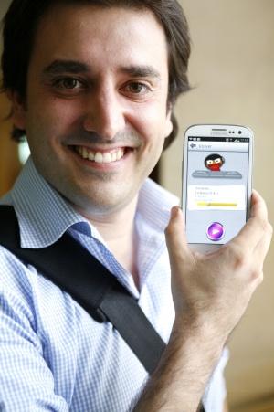 Xabier Uribe-Etxebarria, consejero delegado de Sherpa, muestra la aplicación