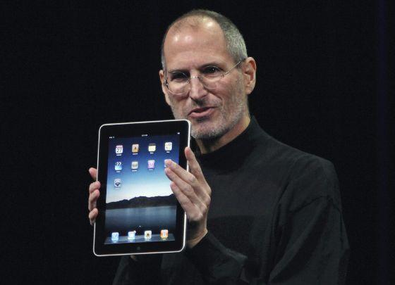 Steve Jobs sostiene el primer ipad durante su presentación en enero de 2010.