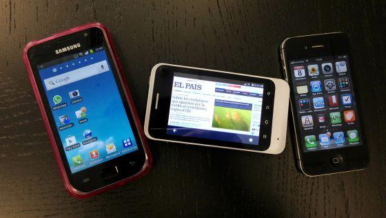 El teléfono Firefox flanqueado por un Samsung Galaxy y un iPhone 4